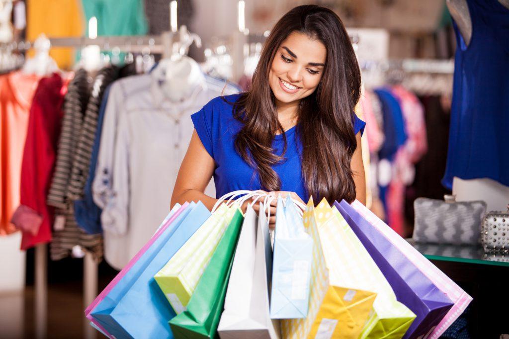 Osoby w epizodzie manii często robią niekontrolowane zakupy i wydają dużo pieniędzy.